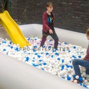 Бассейн полный шариков