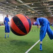 Люди играют с гигантским мячом