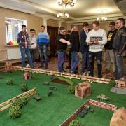 Мужчины играют в танки