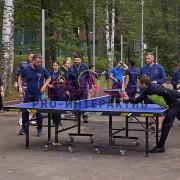 Люди играют в теннис