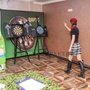 Девушка играет в дартс на мероприятии