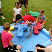 Дети играют в мягкую головоломку