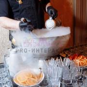 Повар готовит горячий напиток из вина