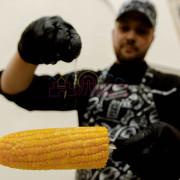 Повар солит кукурузу
