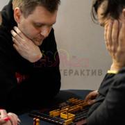 Люди играют в деревянную настольную игру
