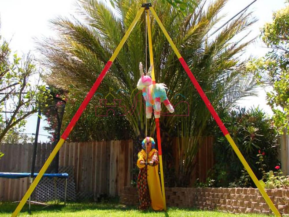 Подвешенная пиньята на детском дне рождения