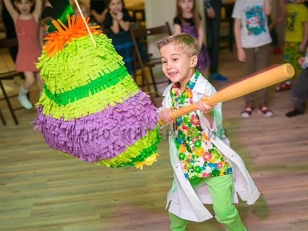 Большая пиньята на празднике