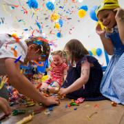 Дети собирают конфеты из пиньяты