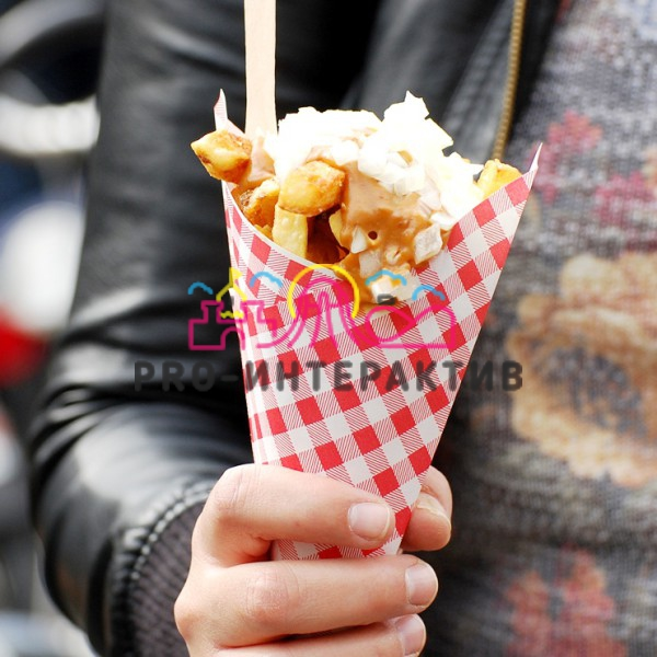 Картошка фри с соусом и луком