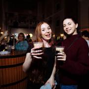 Девушки с тёмным пивом