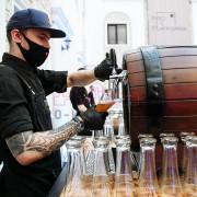 Бармен наливает хмельный напиток