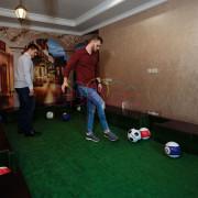 Люди играют в футбильярд