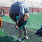 Ребёнок с мягкой гирей