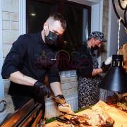 Повар режет мясо