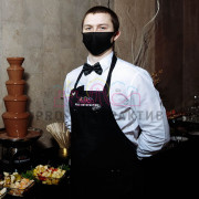 Официант в маске