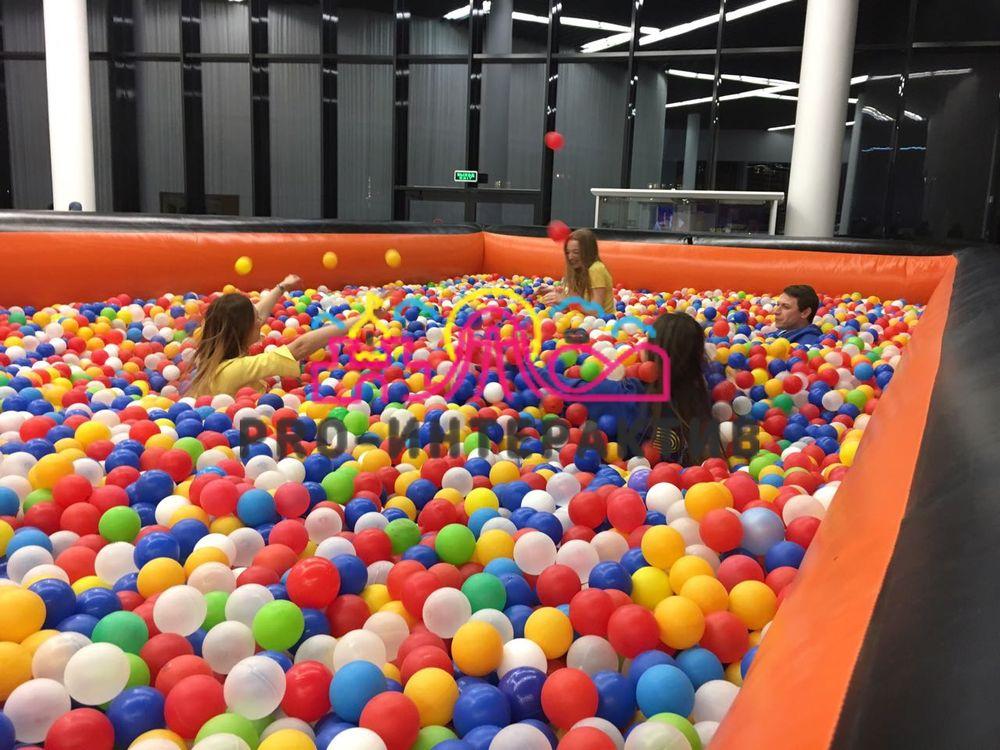 Бассейн с разноцветными шарами