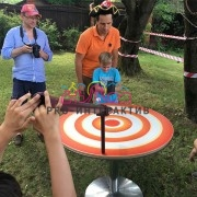 Разбить пинг-понг мячик в аттракционе