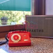 Старый красный телефон и радио