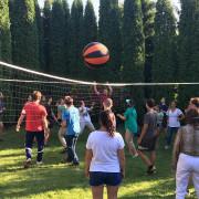 Четыре команды одновременно играют в волейбол