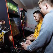 Гости играют в Mortal Kombat