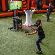 Вратарь в шлеме виртуальной реальности в аренду на праздник