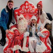Дед мороз и снегурочка на троне