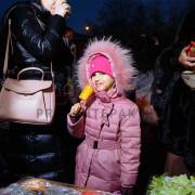 Девочка ест кукурузу