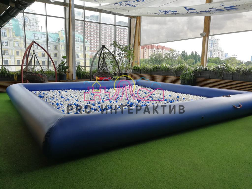 Большой синий сухой бассейн с шариками