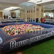 Квадратной формы бассейн с шариками