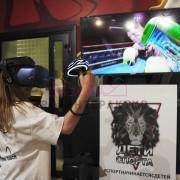 Девочка сражается на виртуальном ринге