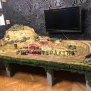 Макет дороги с поездами на праздник