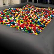 Чёрный бассейн с шариками