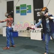 Компьютерный клуб с очками виртуальной реальности на празднике