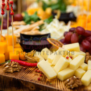Чедер и другие сырные продукты на доске