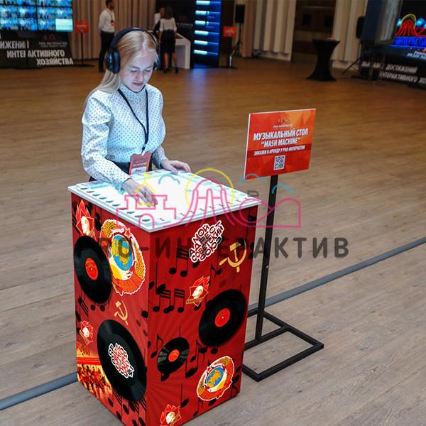 Интерактивный музыкальный стол в стилистике СССР