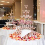 Пирамида шампанского декорированная лепестками