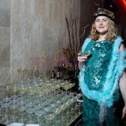Женщина пьёт игристое вино