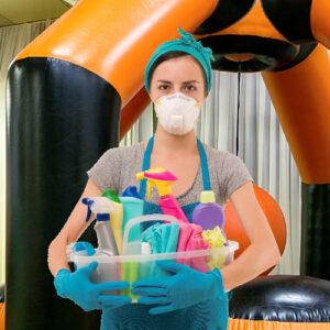 Клининг в защитной маске