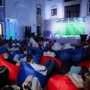 Люди смотрят футбол в кинотеатре выездном