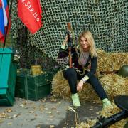 Девушка фотографируется с винтовкой