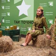 Девушка с военным антуражем