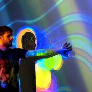 Фото мужчины на фоне проектора
