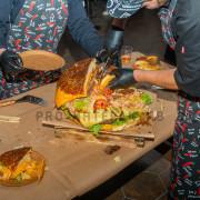 Режем гига бургер для гостей