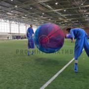 Люди играют мега мячом