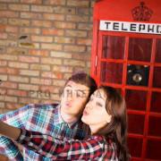Люди делают фото на фоне британской фотобудки