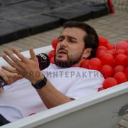 Мужчина в ванной из шаров