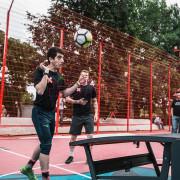Люди играют в необычный футбол