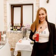 Девушка с напитком